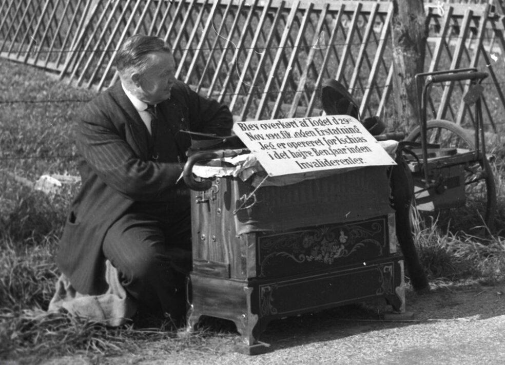 Musikalsk foredrag om lirekassen som social foranstaltning. Positivspiller på dyrskuepladsen i odense 1938