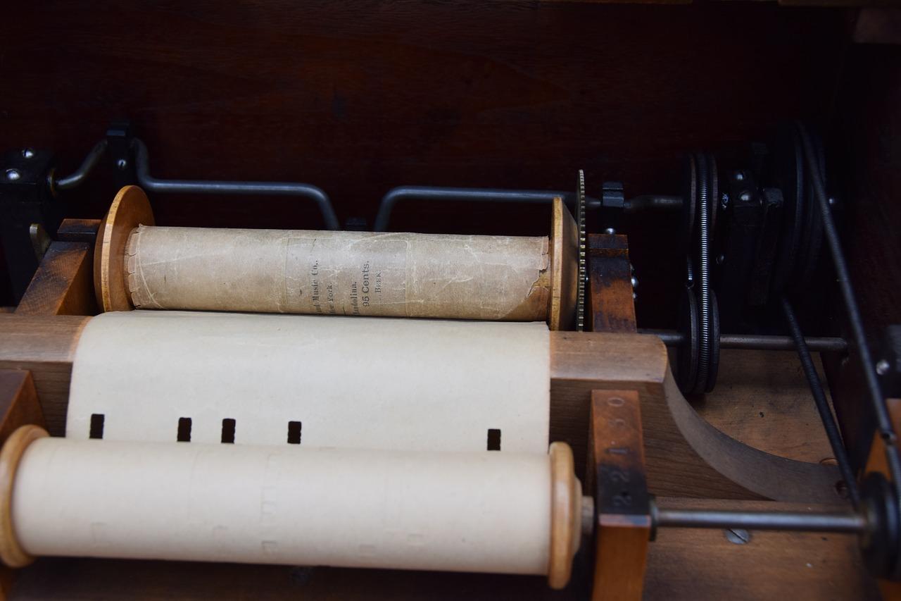 Hvad er en lirekasse? Den klassiske lirekasse har siden midten af 1800-tallet fungeret med melodierne stanset som huller i papirruller.
