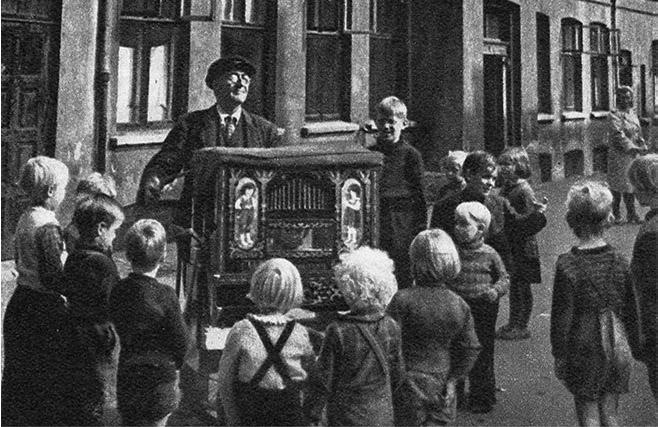 Henry Andersen, født i 1890, startede med at spille på lirekasse, da han var helt ung. I 1949 var han som 59-årig den yngste blandt københavnske lirekassemænd og koner. Foto: A. E Andersen