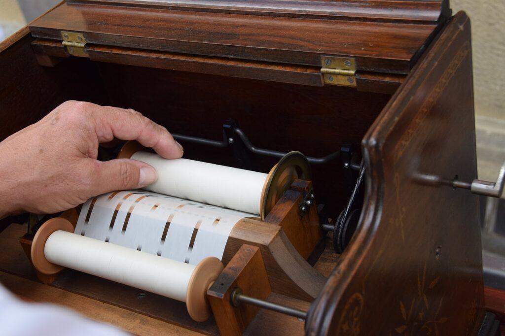 Lirekasse med melodierne liggende på udskiftelige papirruller. Systemet blev opfundet og patenteret i 1842 og afløste valselirekassen.