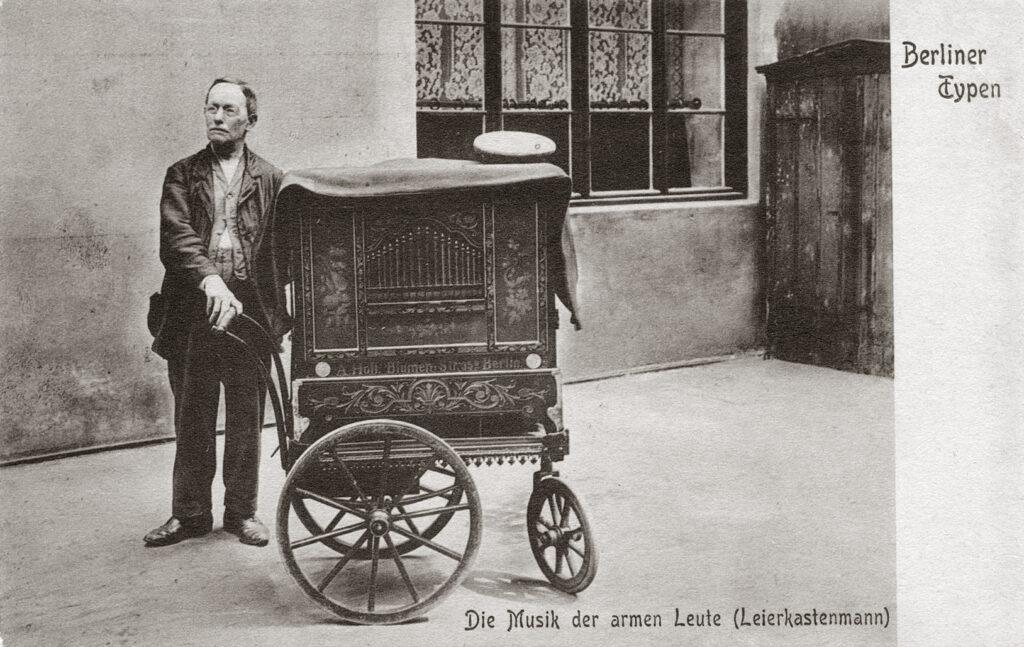"""Lirekassemand fra Berlin med tysk lirekassemusik. Postekortet bærer teksten, """"Musik for de fattige folk"""". Hvilket måske er meget sigende for lirekassemusikken."""
