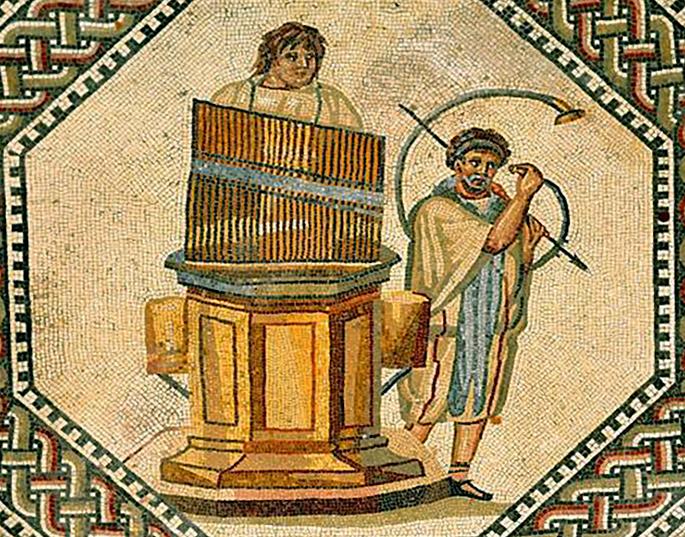 Lirekassen historisk set. Vandorglet hydraulus, der blev opfundet af grækeren Ktesibios, for over 2300 år siden, minder med lidt god vilje ganske meget om lirekassen.