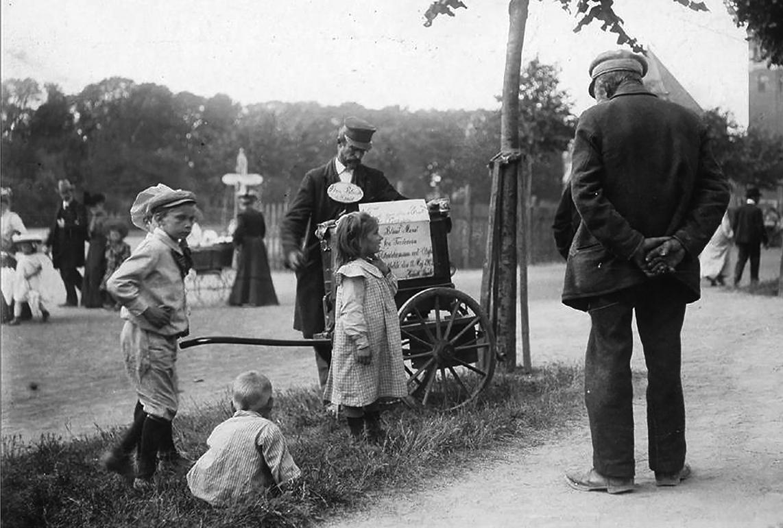 Lirekassemændenes historie. Blind mand fra Fredericia spiller i Ansgar Anlæg i Odense omkring år 1900.