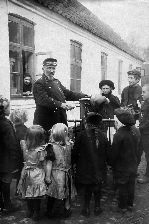 Lirekassemand spiller i Hjørring omkring 1920