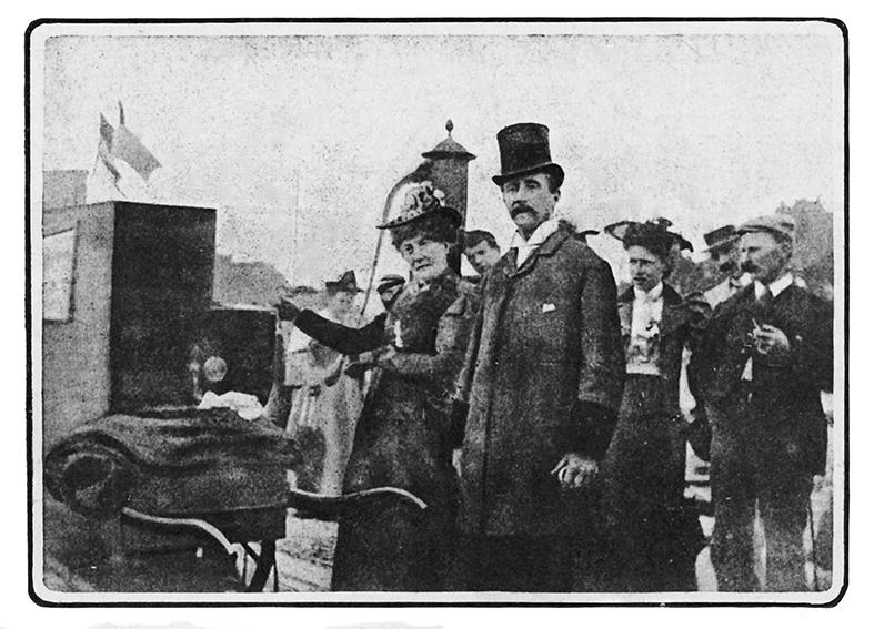 Den Ædle Lirekassemand, Viscount Hinton, med lirekassen og sin kone Lydia Anne Sheppey.