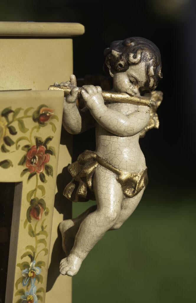Den håndmalede Raffin-lirekasse har fået følgeskab af en engel.