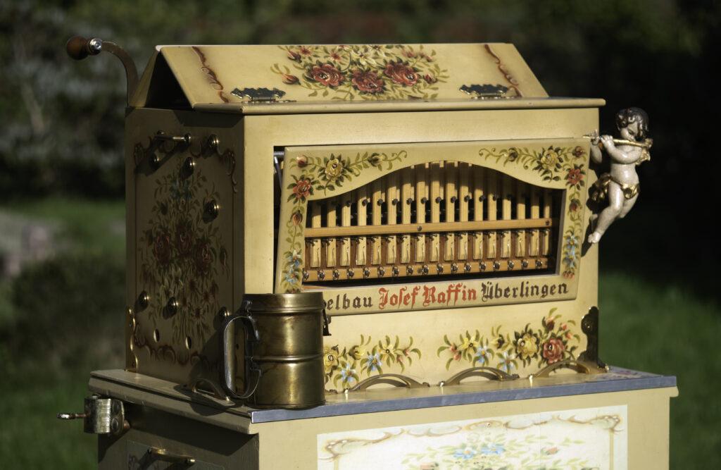 En lille, smuk Raffin-lirekasse